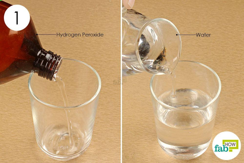 पानी और हाइड्रोजन परॉक्साइड को मिला लें
