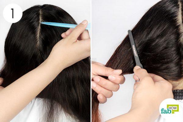 नोकदार कंघी की सहायता से बालों के दो भाग कर लें