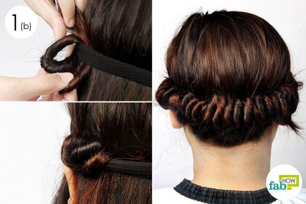 बालों को गोल-गोल घुमाते हुए हेडबैंड में रोल कीजिये