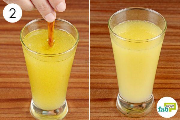 जैतून के तेल (ऑलिव ऑयल) और नींबू के रस को अच्छी तरह से मिला लें