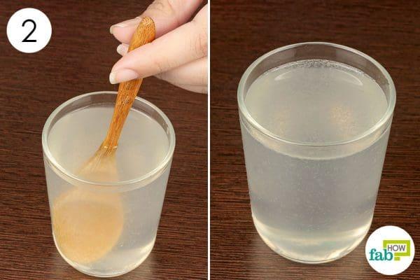नींबू के रस, नमक और पानी को मिलाकर मिश्रण तैयार करें