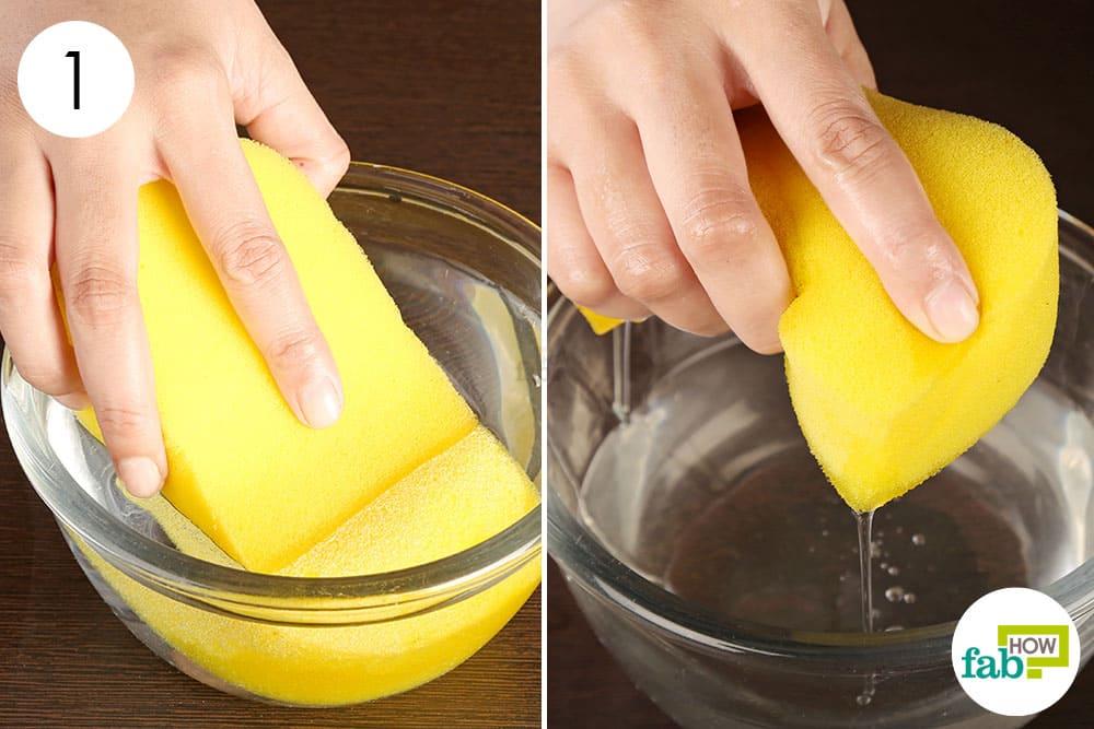 एक स्पंज को पानी में भिगोइए