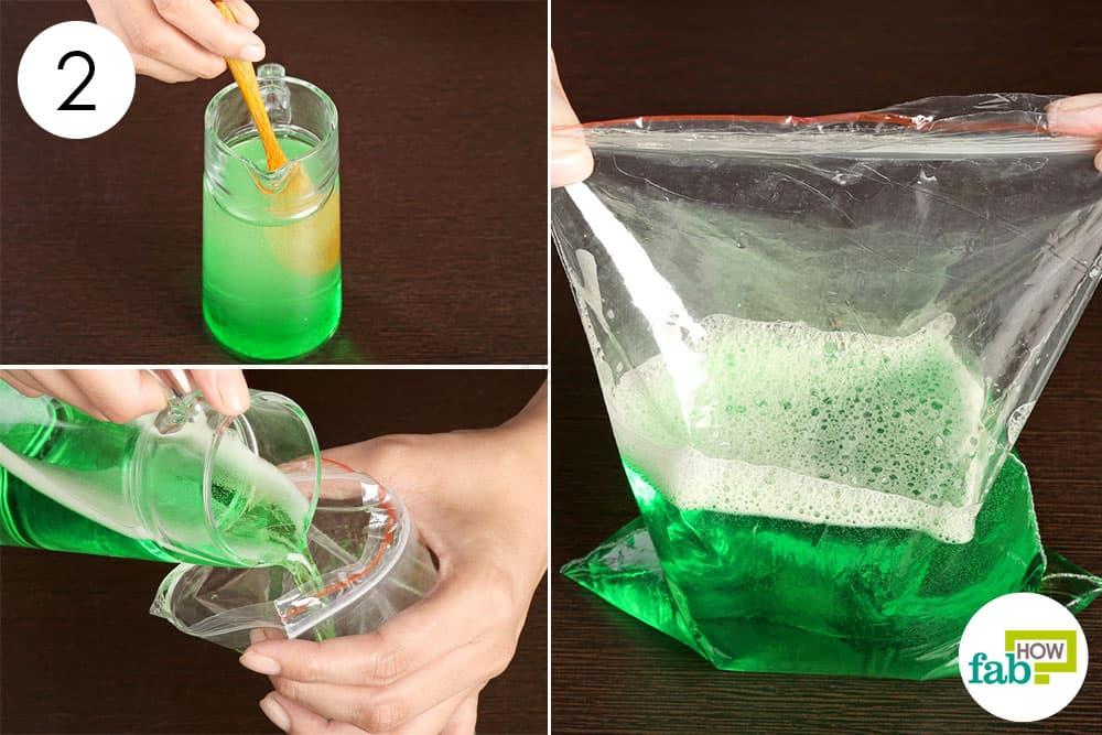 पदार्थों को मिलाकर प्लास्टिक के ज़िपलॉक बैग में भर दीजिये