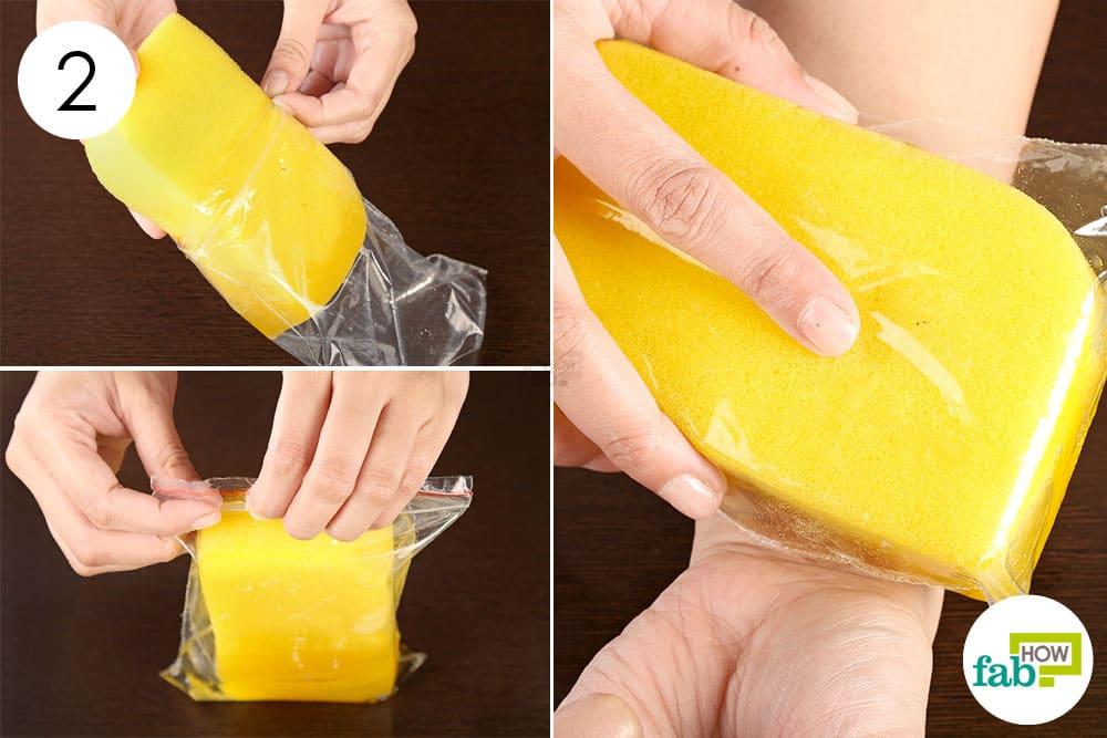 ज़िपलॉक बैग में भीगे हुए स्पंज को रखिये