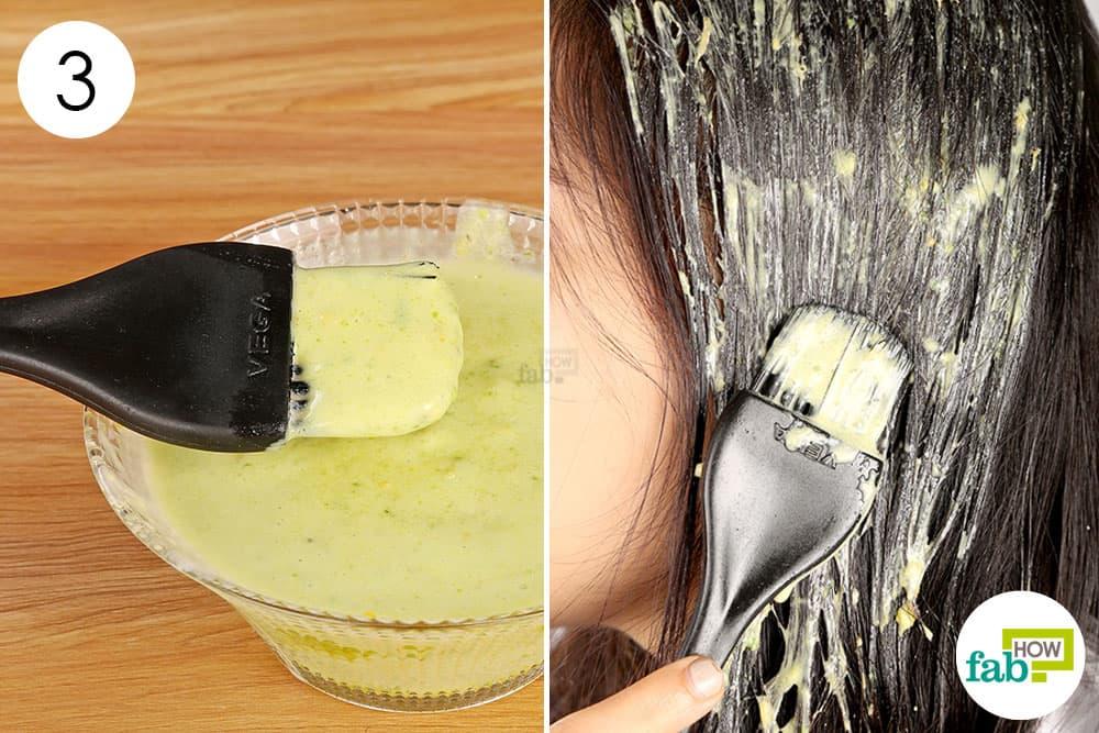 एवोकाडो के तैयार हेयर पैक को बालों पर लगाएं