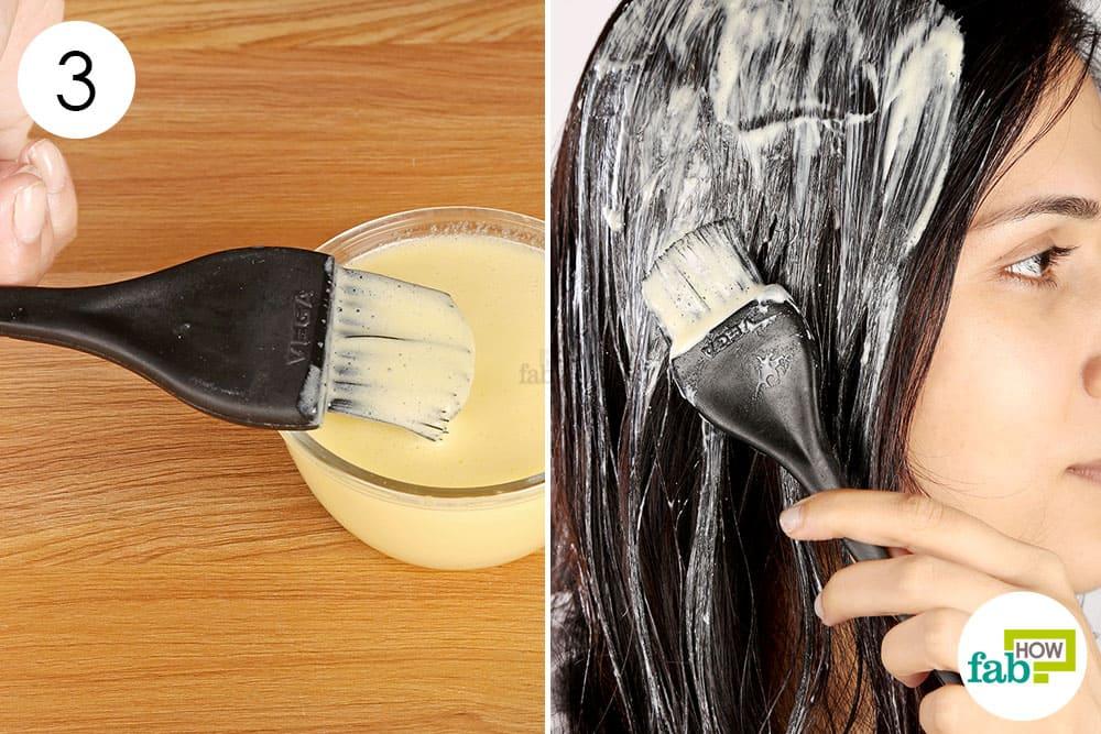 अंडे के तैयार हेयर पैक को बालों पर लगाएं