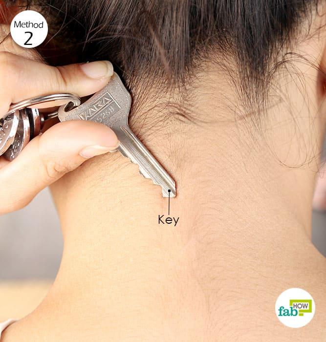 ठंडी की गयी चाबी को पीछे गर्दन पर रखिये