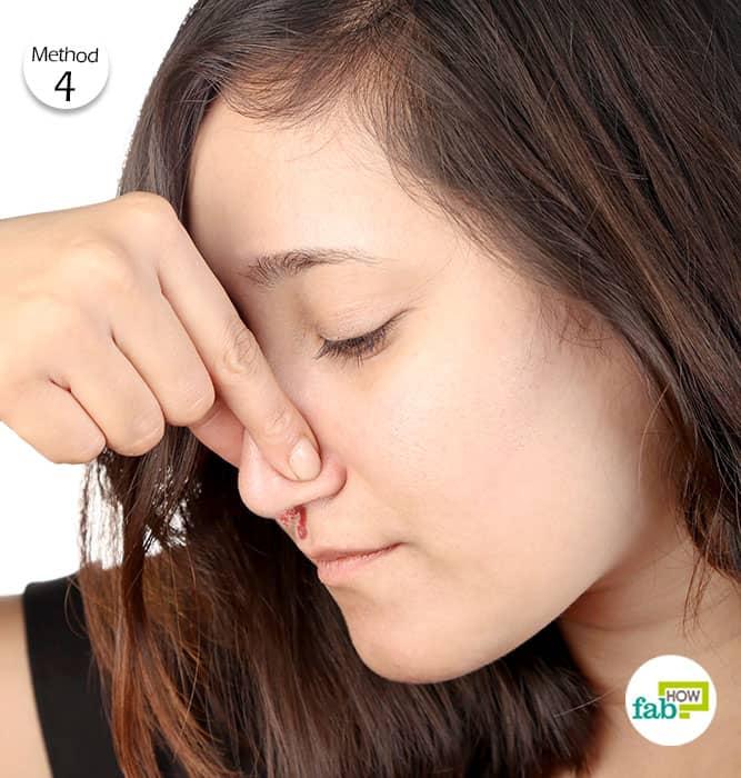 10 मिनट तक नाक पर दबाव बनाइये