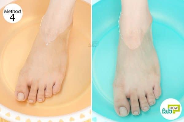 पैरों को गर्म और ठण्डे पानी में रखिये