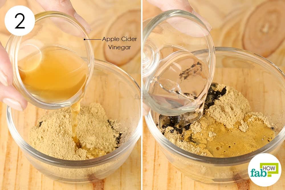 एक्टिवेटेड चारकोल और चिकनी मिट्टी के मिश्रण में सेब का सिरका और पानी मिलाएं