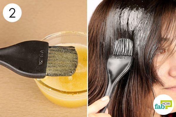 कैस्टर ऑयल से बने हेयर पैक को बालों पर लगायें