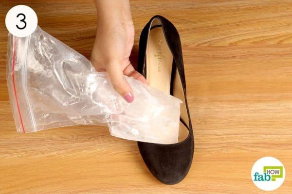 जूतों को फ्रीजर से निकाल लें