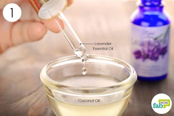 लैवेंडर एसेंशियल ऑयल को नारियल तेल में डालें
